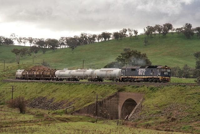 старый локомотив тянет цистерны