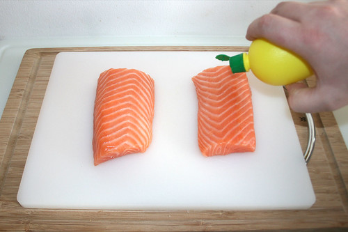 29 - Lachs mit Zitronensaft beträufeln / Sprinkle salmon with lemon juice