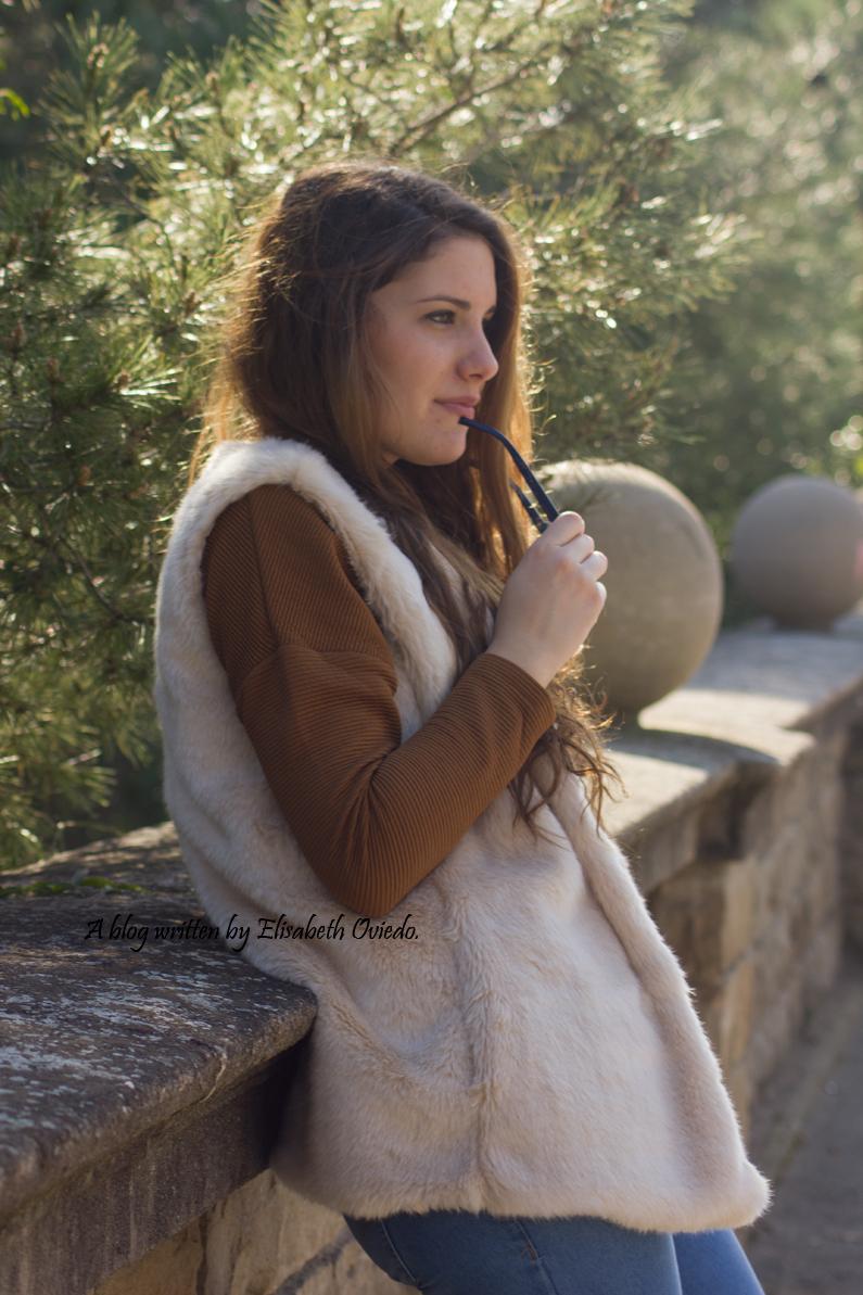 chaleco-de-pelos-blanco-jeans-y-botines-montaña-HEELSANDROSES-(4)