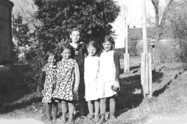 063-0015 Irmgard, Eva, Charlotte und Marianne Schulz mit Erika Mueller. Alle aus Magotten.