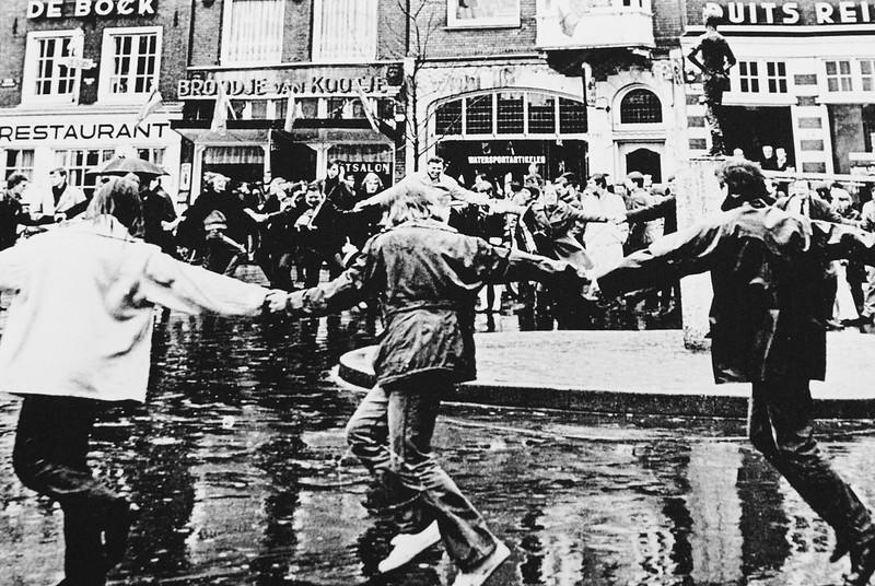 Manifestation joyeuse contre la construction du métro d'Amsterdam.