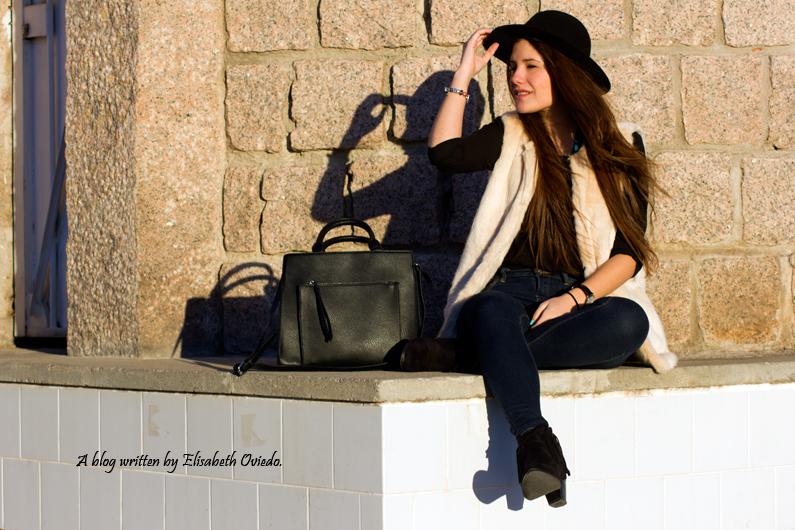 chaleco de pelo blanco y sombrero negro HEELSANDROSES (4)