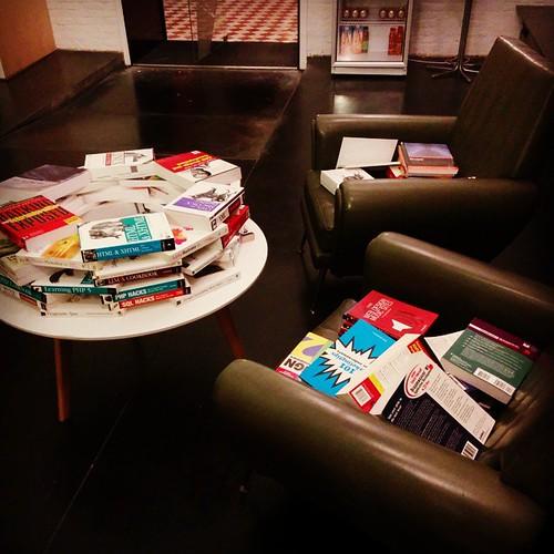 Op voorhand al mijn excuses voor het overhoop halen van de boekenkasten. Alles voor de kerstsfeer, nietwaar.