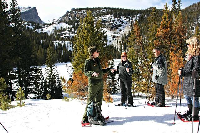 Puistonvartija Chelsea vetää lumikenkäilyä Kalliovuorten kansallispuistossa