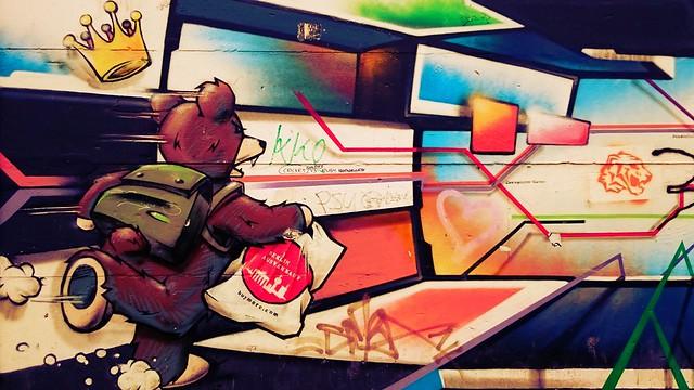 Wandfüllendes Grafiti mit laufendem Berliner Bär.