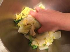 下味用調味料を加えて、揉むようによく混ぜ合わせます