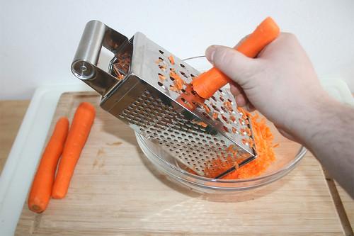 17 - Möhren reiben / Grate carrots