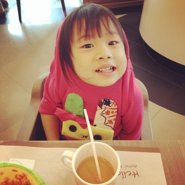 妹妹:你看我的帽子。  那是衣服,不是帽子啊!  #girl #kid #child #daughter