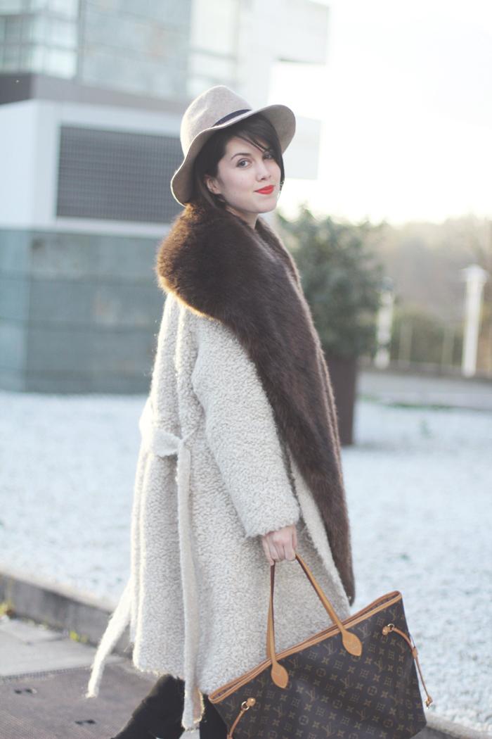 chaqueta de mohair y estola de pelo sintetico marron streetstyle look myblueberrynightsblog