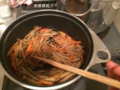 汁気が無くなるまで炒り煮にします