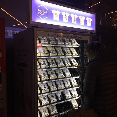 Máquina automática vende camisas de Putin