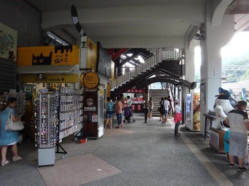 在猴硐火車站前或站內,時常都可看見以貓為主打特色的商店。圖片來源:思其