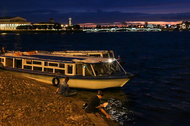 At last night coming to Saint Petersburg at 11 PM, Russia サンクトペテルブルク、夜11時頃やっと夜が来た