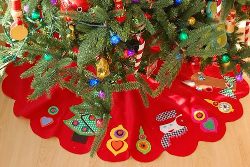 last year i took a felt tree skirt class at austins stitch lab i never got around to making an actual skirt but my adorable felt appliqus have been - Vintage Christmas Tree Skirt