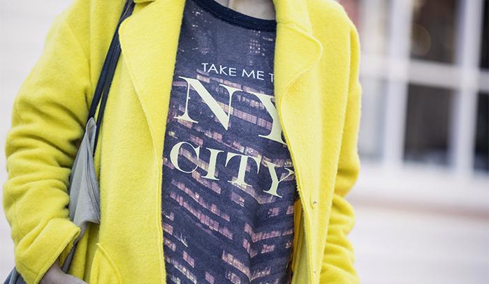 street style barbara crespo yellow zara coat denim jeans adidas sneakers fashion blogger outfit blog de moda