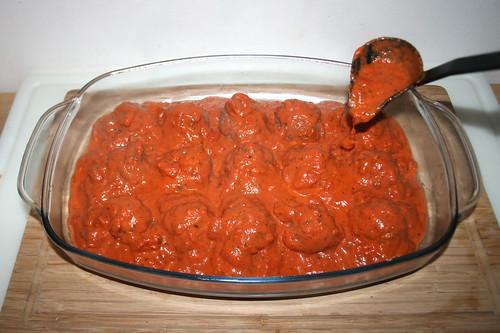 37 - Tomatensauce über Hackfleischbällchen geben / Douse meatballs with tomato sauce