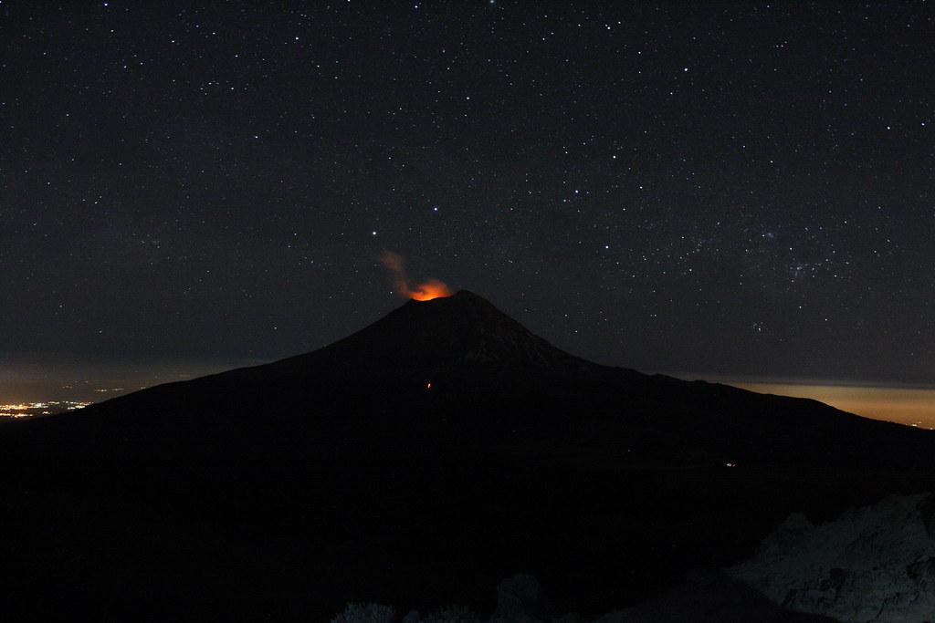 Popocatépetl de noche