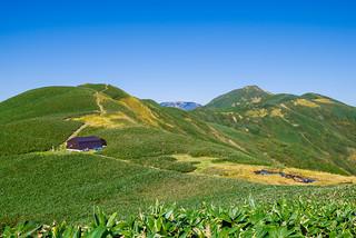 分岐を少しだけまっすぐ進んで・・蓬ヒュッテと七ッ小屋山を展望