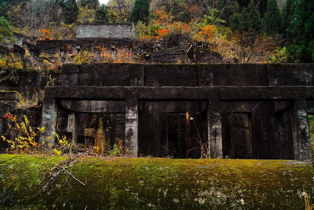 コンクリートの遺構が残る廃墟