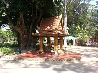 Estatua frente Preah Ang Chek y Preah Ang Chorm
