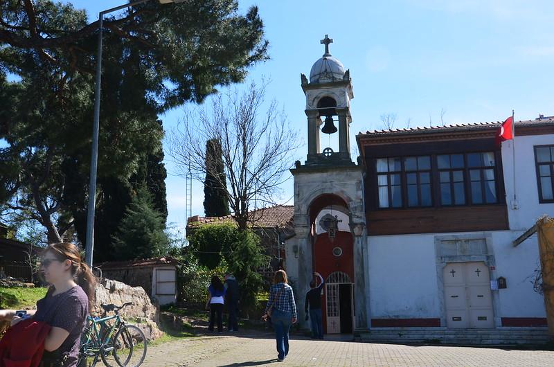 Auf dem Gipfel ist eine orthodoxe Kapelle
