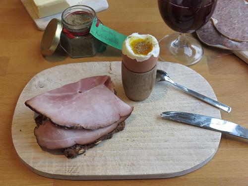 Kernrauchschinken auf Vollkornbrot zum Frühstücksei