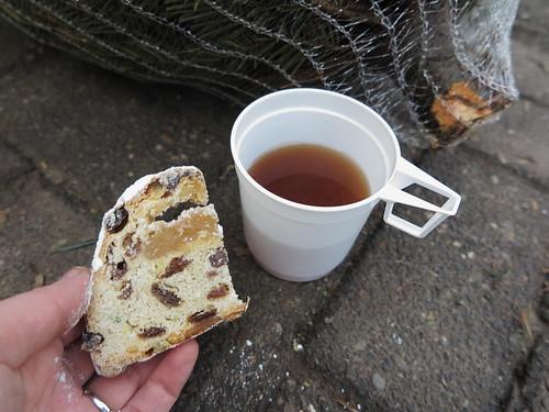 Christstollen und heißer Tee beim Weihnachtsbaumkauf