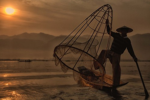 sun lake water sunrise lago landscapes boat fisherman asia barca alba burma atmosphere aurora tightrope myanmar inle balance antonio sole acqua paesaggi atmosfera pescatore magia equilibrio birmania nassa funamboli mat56 equilibrismi romei