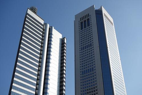 "Shinjuku_15 新宿の ""東京オペラシティタワー"" と ""NTT東日本"" のビルディングの写真。 右に聳えるのが ""東京オペラシティタワー"" のビルディング。 左に聳えるのが""NTT東日本"" のビルディング。"