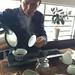 M. Wang préparant le thé