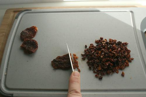 14 - Getrockenete Tomaten würfeln / Dice dries tomatoes