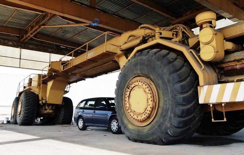 автогрейдер ACCO в разы больше и длиннее любого легкового авто