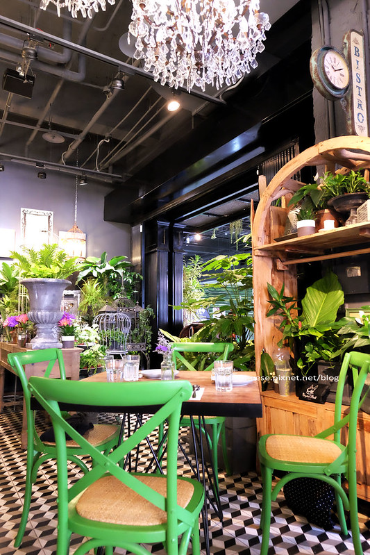 29180705106 550b56d3a8 c - Thai.J-在充滿綠意花草水晶熱帶植物花園裡吃泰國菜耶.咖啡甜點雜貨小物.超好拍又漂亮.清邁WOO CAFE姊妹店.家樂福大墩店一樓.建議先訂位