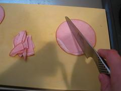 ハムは半分に切り、さらに1cm幅に切ります