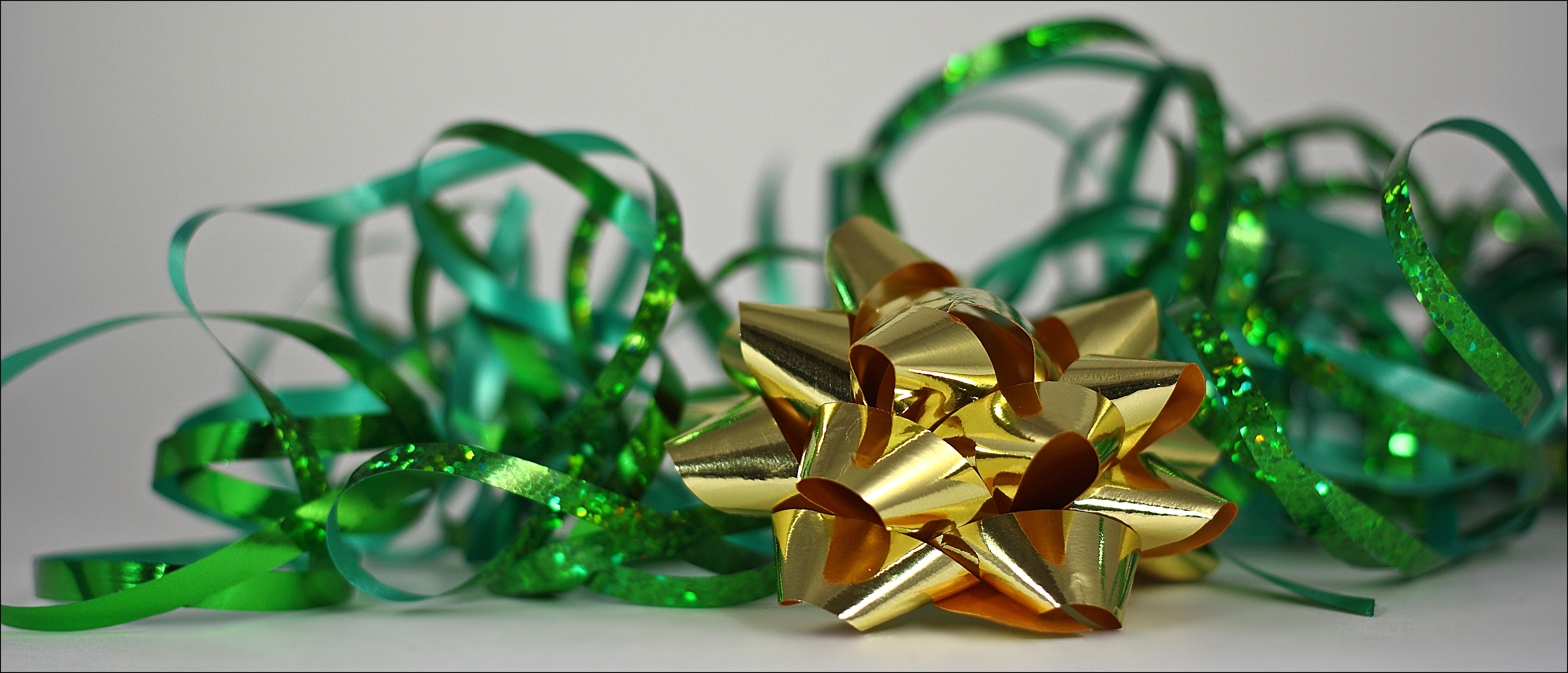 365 Days In Colour: Dark Green & Or Gold. green, canon, dark, gold, ribbons, or, bows, 60d, 365daysincolour. buy photo