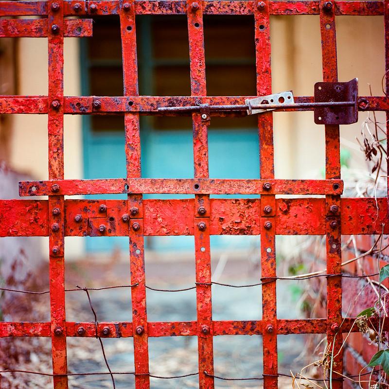 一道紅隔柵 (by Rolleiflex 6008)