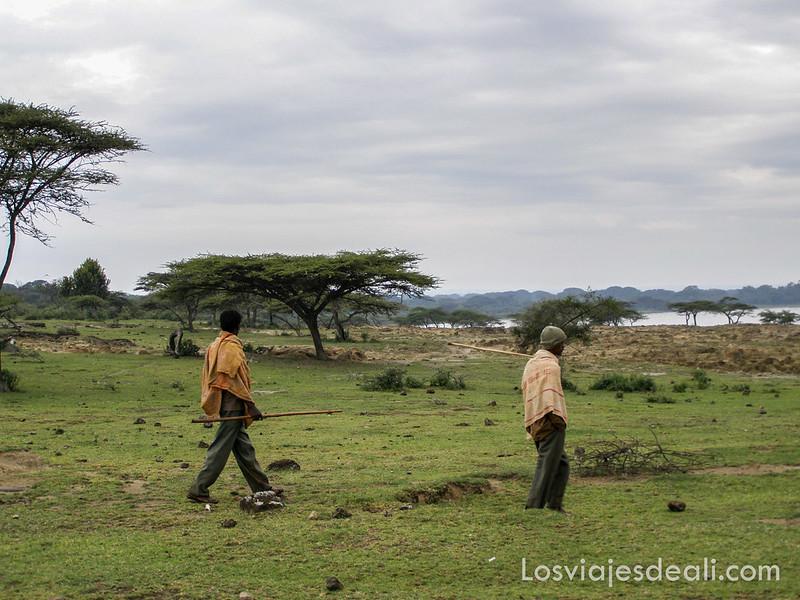 lagos de etiopia paseando junto al lago Langano
