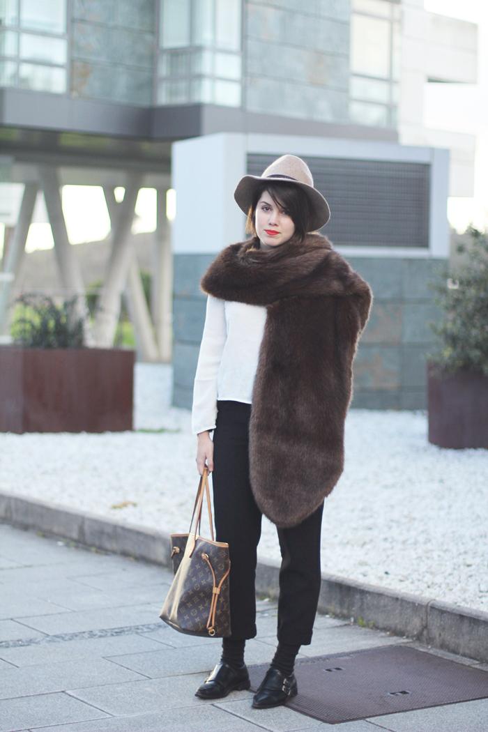 look con chaqueta de mohair y bufanda de pelo sintético marrón