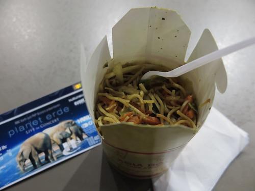 Asia-Pfanne von einem der Catering-Stände in der TUI Arena in Hannover