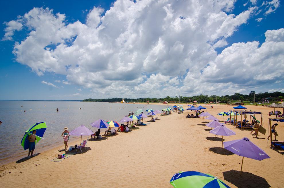 Los paraguayos y extranjeros disfrutan de la tranquilidad de la playa Mboi Ka'e (Encarnación) que ofrece una alternativa más tranquila y ordenada comparado con el movimiento de la Playa San José. (Elton Núñez)