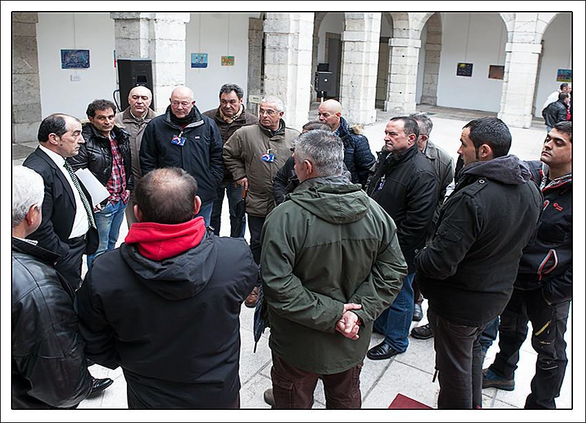 Rafael Tezanos en el patio del Parlamento de Cantabria