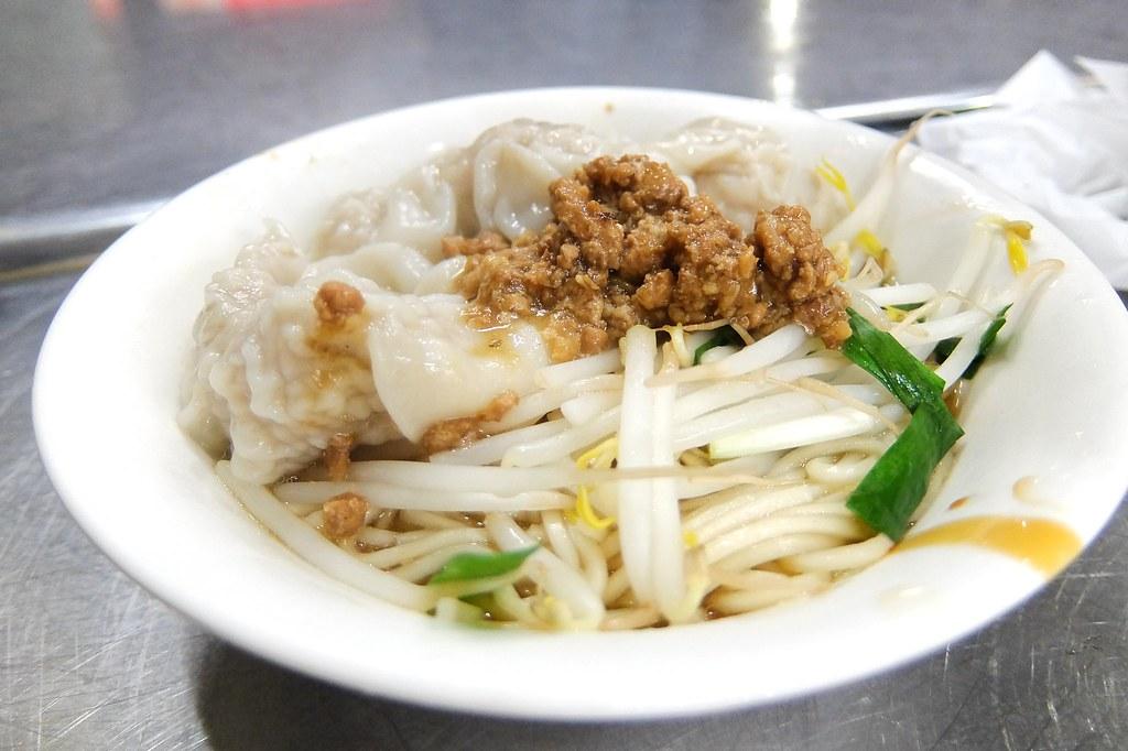餛飩/扁食麵,上頭有放店家自製的肉燥,底下則是豆芽菜和麵,淋上些滷汁。