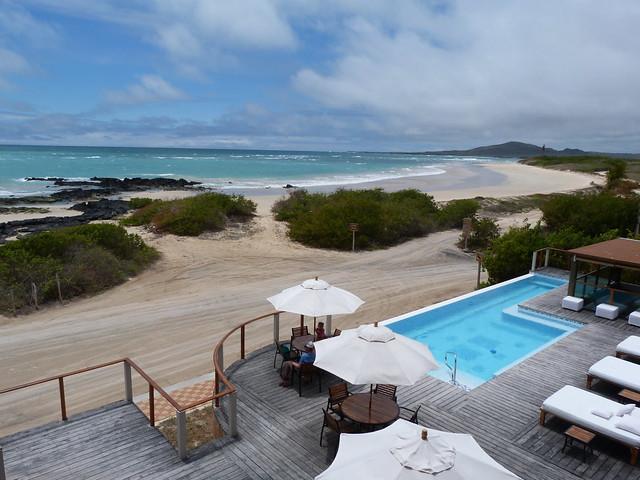 Piscina exterior del hotel Iguana Crossing de Isabela (Galápagos)