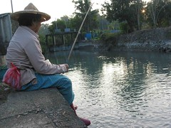 水圳旁捕獲一枚斗笠花,她說,「我不想坐在沙發上給電視看,還是到外面吹吹風釣魚比較好!」攝影:李慧宜