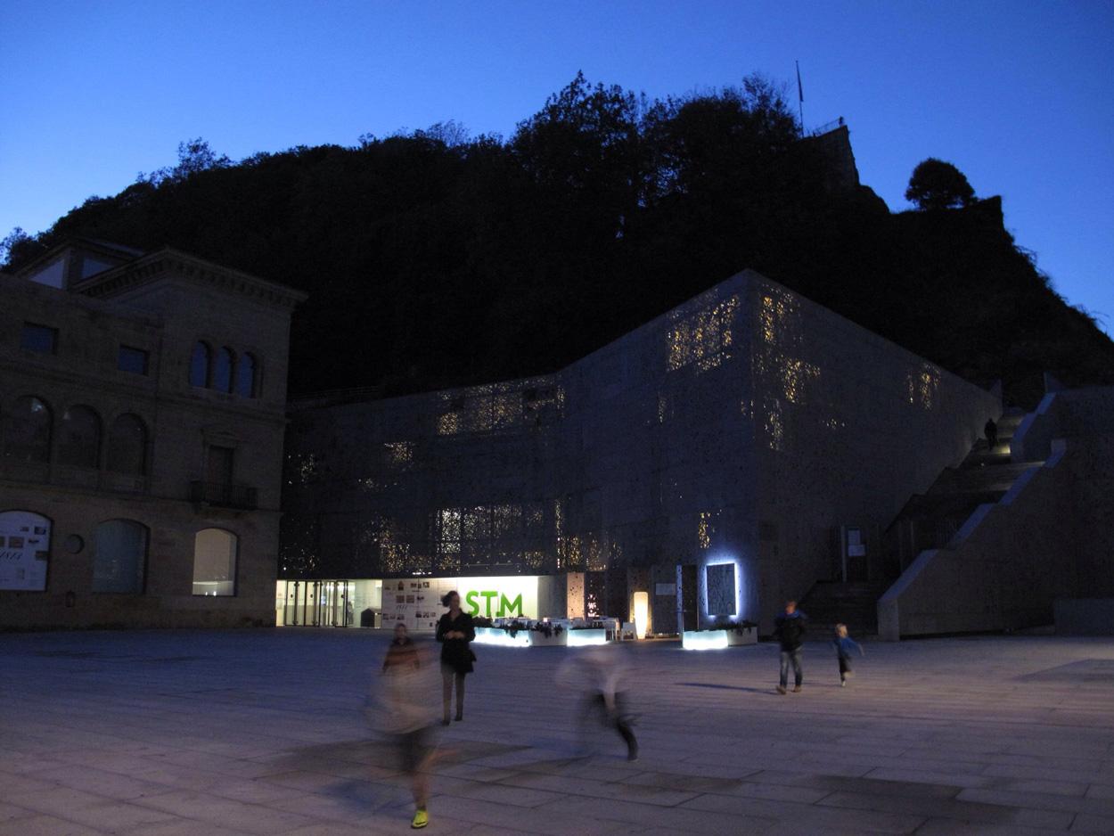 museo san telmo_convento_fachada_muro vegetal_nietosobejano_luz_noche
