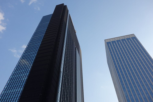 "Shinjuku_1 新宿で高層ビルディング群を撮影した写真。 見上げる様な角度で撮影したもの。 左は ""住友不動産新宿グランドタワー"" で右は ""新宿フロントタワー"" である。"