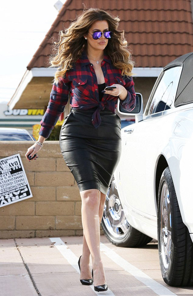 leather-skirt-&-plaid-shirt,leather pencil skirt, Black leather pencil skirt, plaid, checked shirt, purple aviator sunglasses, how to style a leather skirt, black skirt, leather skirt, plaid shirt, checked shirt, how to wear a checked shirt
