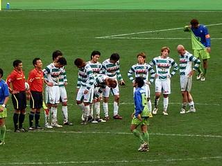 しかし勝利目前、ラストワンプレーで失点を喫し試合終了。落胆の色を隠せない東京ヴェルディの面々。