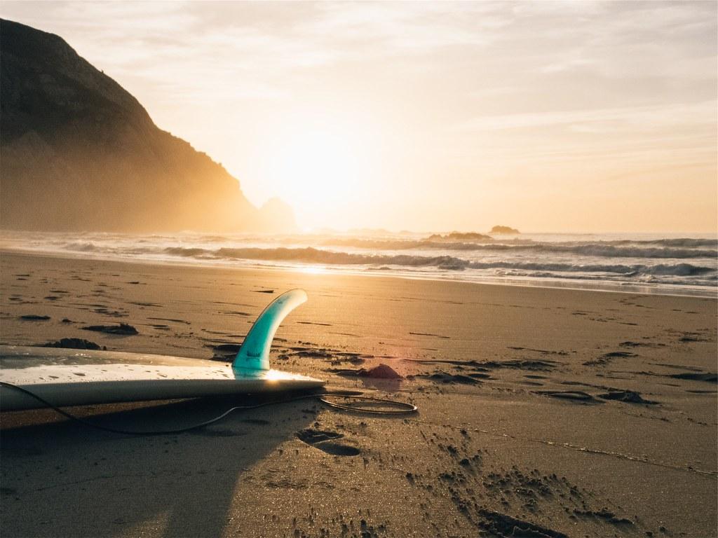Foto gratis de una tabla de surf en la arena de la playa - Dibujos para tablas de surf ...