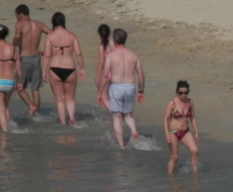 Gente junto al mar